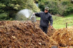 """Passage de la préparation """"valériane"""" (507) sur une tas de compost"""